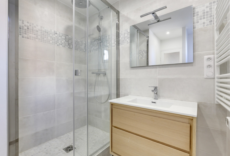 salle de bain moderne carrelage mural gris