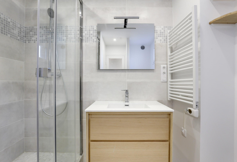 renovation totale salle de bain gris avec vasque large